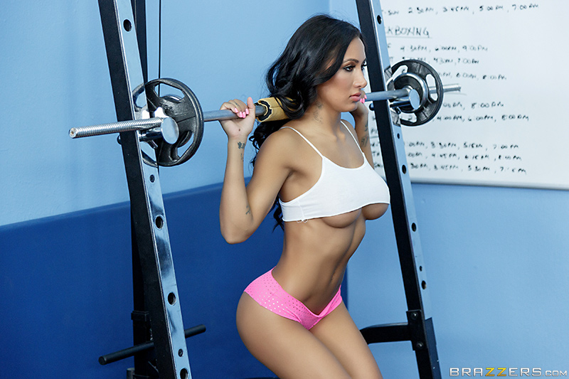 Amia Miley underboob working out