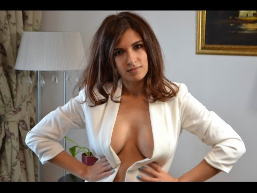 camgirl 0FuckmeHard shows us her cleavage