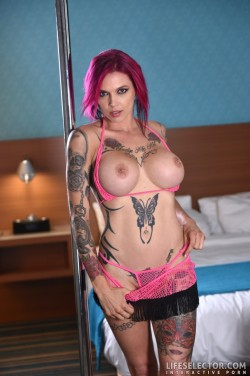 Anna Bell Peaks shows her big fake tits